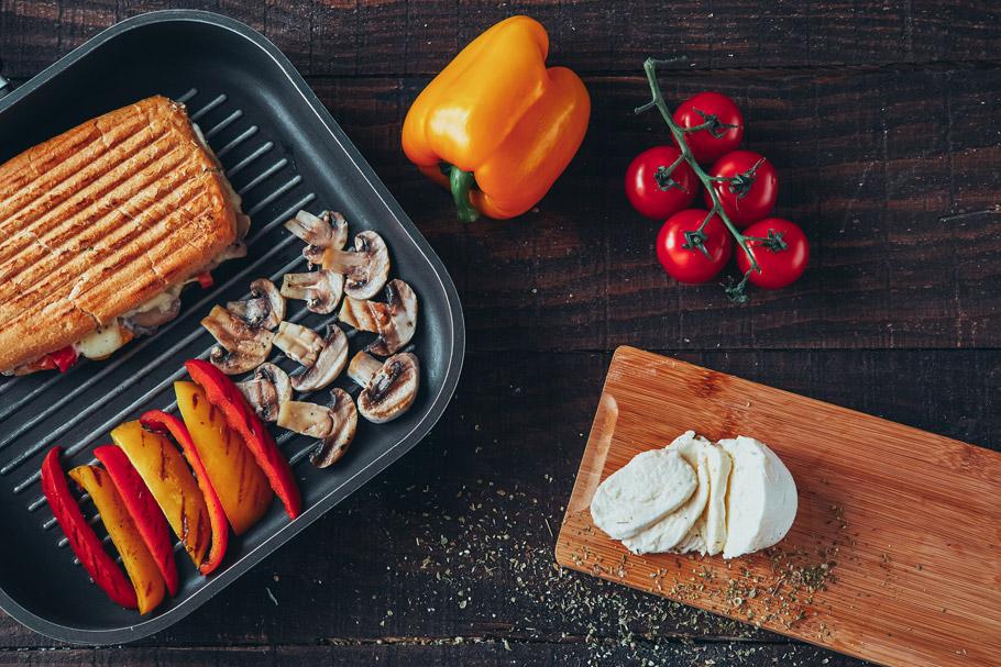 Kanapki panini z mozzarellą i pieczarkami